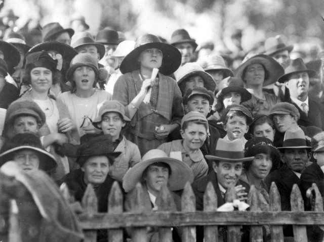 Football spectators 1923